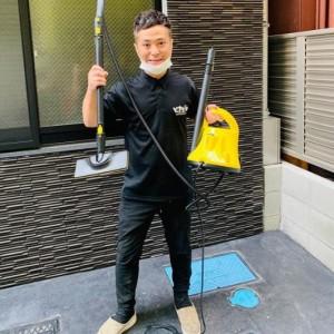 掃除用具を手にするカラテカ入江(画像は『カラテカ入江 2020年9月22日付Instagram「インスタグラムのフォロワーさんから、DMをいただきました。」』のスクリーンショット)