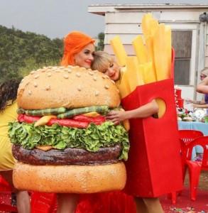 """MVで共演した""""ハンバーガー""""のケイティと""""フライドポテト""""のテイラー(画像は『Taylor Swift 2019年6月17日付Instagram「A happy meal」』のスクリーンショット)"""