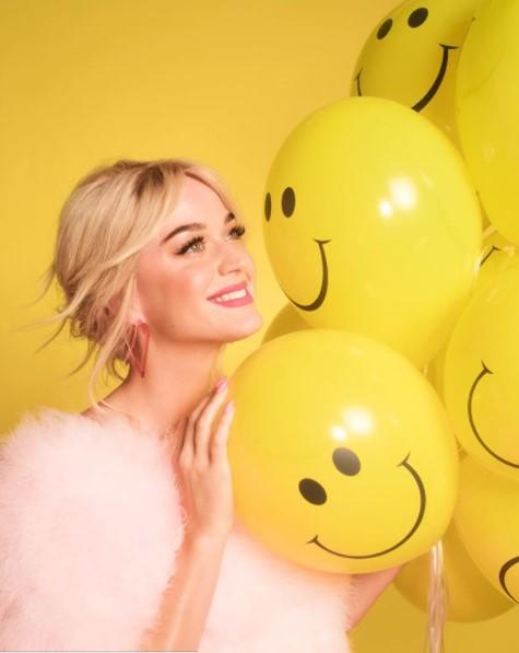女の子のママになったケイティ・ペリー(画像は『KATY PERRY 2020年8月2日付Instagram「My mood today cause it's the first #SmileSunday y'all!」』のスクリーンショット)