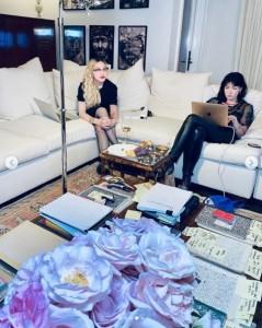 ディアブロ・コーディ(右)と脚本を共同執筆するマドンナ(画像は『Madonna 2020年9月12日付Instagram「Are you ready for the story of my life」』のスクリーンショット)