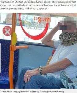 専門家もヘビのマスクは「感染予防に効果的ではない」と説明(画像は『Metro 2020年9月15日付「Man uses snake as a face mask on bus through Manchester」(Picture: MEN Media)』のスクリーンショット)