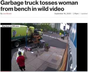 ゴミ収集車の誤操作によってベンチとともに投げ出されたニコラさん(画像は『New York Post 2020年9月16日付「Garbage truck tosses woman from bench in wild video」』のスクリーンショット)