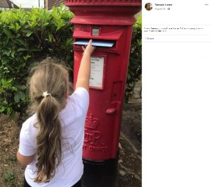 郵便ポストに手紙を投函するナヴェアちゃん(画像は『Tamara Lowe 2020年8月28日付Facebook「I HAVE FOUND HIM!! Thankyou for your help Facebook!」』のスクリーンショット)