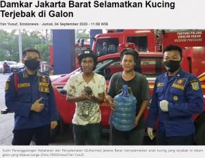救助された子猫と消防隊員ら(画像は『iNews.id 2020年9月4日付「Damkar Jakarta Barat Selamatkan Kucing Terjebak di Galon」(Foto: SINDOnews/Yan Yusuf)』のスクリーンショット)