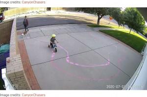 チョークで描かれたコースに沿って進む男児(画像は『Bored Panda 2020年8月31日付「Guy's Security Cam Catches Neighbor Kid Tearing It Up On His Driveway, He Decides To Do Something About It」(Image credits: CanyonChasers)』のスクリーンショット)