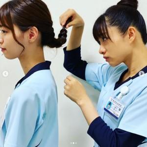 相原くるみの髪型をチェックする葵みどり(画像は『相原くるみ 2020年9月24日付Instagram「先輩。」』のスクリーンショット)