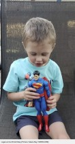 スーパーマンのフィギュアと同じ身長30cmで誕生した男児、4年間で大きく成長(米)