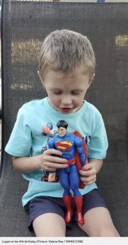 【海外発!Breaking News】スーパーマンのフィギュアと同じ身長30cmで誕生した男児、4年間で大きく成長(米)