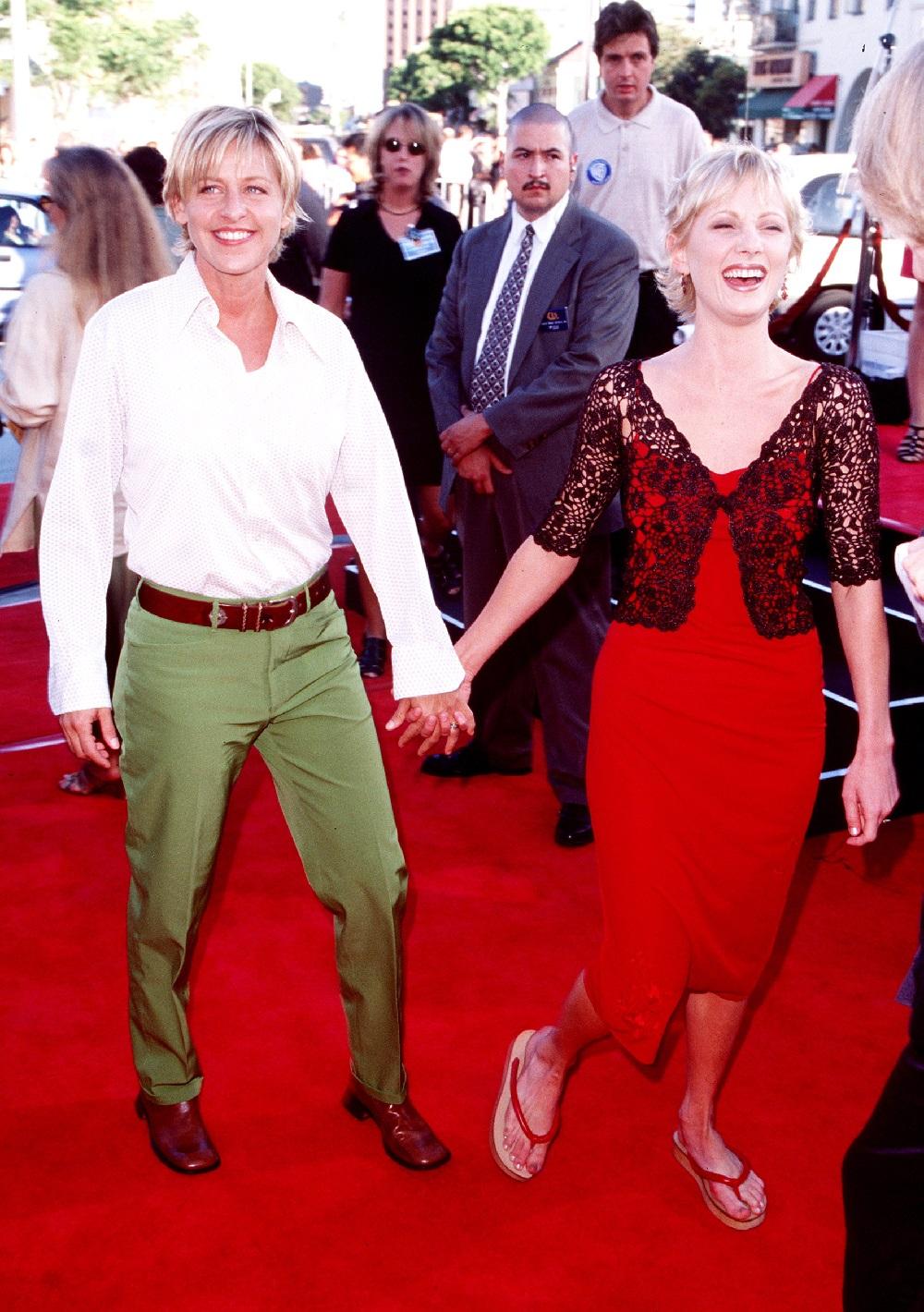 レッドカーペットを仲良く歩くアン・ヘッシュ&エレン・デジェネレス