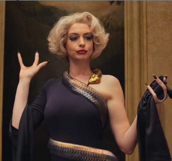 アンが演じる魔女は、手袋を脱ぐと3本指の手がむき出しに(画像は『Anne Hathaway 2020年10月14日付Instagram「What has a witch ever done to you?」』のスクリーンショット))