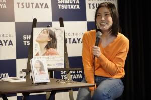 イベントでトークする誠子(「シブツタchannel」)
