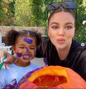 キュートなトゥルーちゃんとクロエ(画像は『Khloé 2020年10月4日付Instagram「Family Pumpkin Carving Day」』のスクリーンショット)
