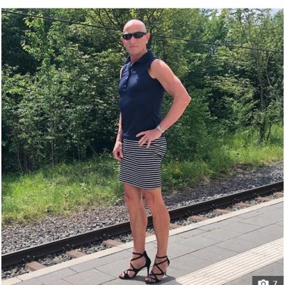 【海外発!Breaking News】「ファッションに性別は関係ない」61歳男性のスカート&ハイヒール姿がかっこよすぎる!(独)