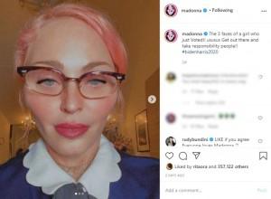 髪色をピンクにしたマドンナ(画像は『Madonna 2020年10月11日付Instagram「The 3 faces of a girl who just Voted!!」』のスクリーンショット)