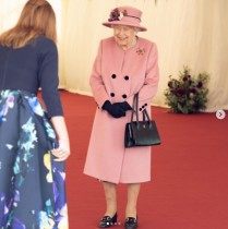 【イタすぎるセレブ達】エリザベス女王、7か月ぶりに王宮外で公務を行う 来客名簿に記名し「これで私が来たことが証明された」と笑顔