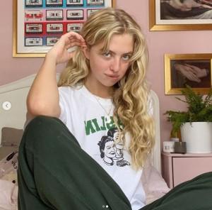 下着ブランド「BLUEBELLA(ブルーベラ)」のキャンペーンモデルに抜擢されたアナイス・ギャラガー(画像は『Anaïs Gallagher 2020年8月31日付Instagram「Swipe to see me do my best Debbie Ryan impression.」』のスクリーンショット)