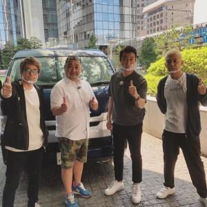 「スッキリおじさんが、グッとラックポーズしてます」と田村淳(画像は『田村淳 2020年10月3日付Instagram「極楽とんぼ×ロンドンブーツ 2組でロケしてます」』のスクリーンショット)
