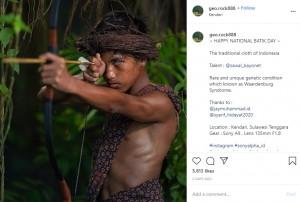 インドネシアのバティック(ろうけつ染め)を纏う少年(画像は『Korchnoi Pasaribu 2020年10月2日付Instagram「~ HAPPY NATIONAL BATIK DAY ~」』のスクリーンショット)