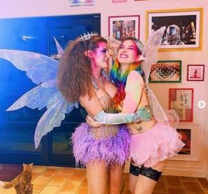 妖精の姉妹に扮したベラ(左)とダニ(画像は『BELLA 2020年10月19日付Instagram「Fairy sisters」』のスクリーンショット)