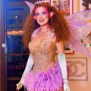 カラフルな妖精の衣装を着たベラ(画像は『BELLA 2020年10月19日付Instagram「Fairy sisters」』のスクリーンショット)