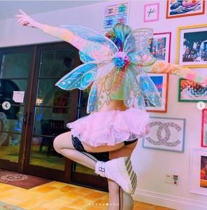 黒のガーターストッキングとスニーカーを履いたダニの後ろ姿(画像は『BELLA 2020年10月19日付Instagram「Fairy sisters」』のスクリーンショット)