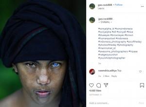 青と茶色の瞳を持つ少年(画像は『Korchnoi Pasaribu 2020年9月13日付Instagram「~ SYAWAL ~」』のスクリーンショット)
