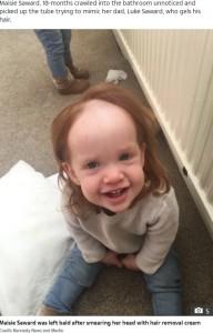 脱毛クリームを頭に塗ってしまったメイジーちゃん(画像は『The Sun 2020年10月11日付「BALDY LOCKS Toddler left looking like Pennywise the Clown after smearing head with hair removal cream」(Credit: Kennedy News and Media)』のスクリーンショット)