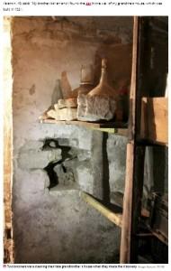 一部崩れていた地下室の壁(画像は『Daily Star 2020年10月10日付「Spooky mummified cat found buried in wall of Transylvanian house could be worth £1,000」(Image: Hansons / SWNS)』のスクリーンショット)