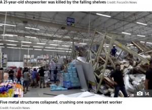棚が崩れ落ち商品が散乱する店内(画像は『The Sun 2020年10月4日付「CRUSHED TO DEATH Supermarket worker, 21, killed after towering shelves collapsed as horrifying video shows shoppers run for their lives」(Credit: FocusOn News)』のスクリーンショット)