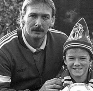 最愛の父テッドさんと幼少時のデヴィッド(画像は『David Beckham 2020年6月21日付Instagram「Happy Father's Day dad x love you」』のスクリーンショット)