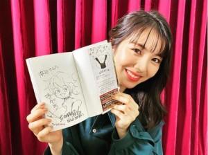 浜辺美波の役柄、エマのイラスト入り『約ネバ』最終巻(画像は『浜辺美波 Hamabe Minami 2020年10月3日付Instagram「本日は!! 映画『約束のネバーランド』取材日でした」』のスクリーンショット)