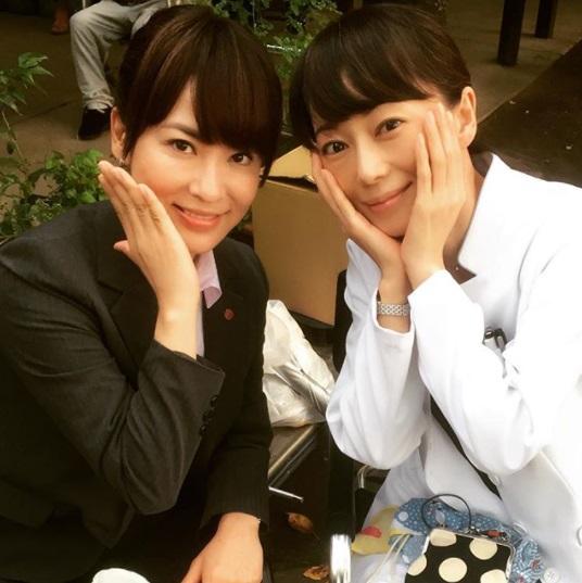 『刑事夫婦3』で共演した鈴木砂羽と葉月里緒奈(画像は『鈴木砂羽 2016年9月5日付Instagram「撮影クランクアップ!!」』のスクリーンショット)