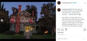 """超常現象が起きると言われる古い建物(画像は『Trvl Channel 2020年10月15日付Instagram「""""Most families go pumpkin picking around Halloween. The Osbournes - we go ghost hunting.""""」』のスクリーンショット)"""