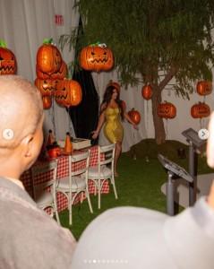 ハロウィンをテーマにした誕生会で(画像は『Kim Kardashian West 2020年10月23日付Instagram「All I can say is WOW!」』のスクリーンショット)
