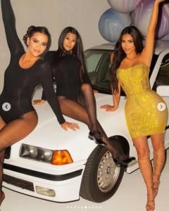 当時と同じBMWと風船が置かれていた(画像は『Kim Kardashian West 2020年10月23日付Instagram「All I can say is WOW!」』のスクリーンショット)