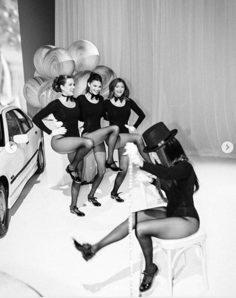 ボトルガールに扮した4姉妹(画像は『Kim Kardashian West 2020年10月23日付Instagram「All I can say is WOW!」』のスクリーンショット)