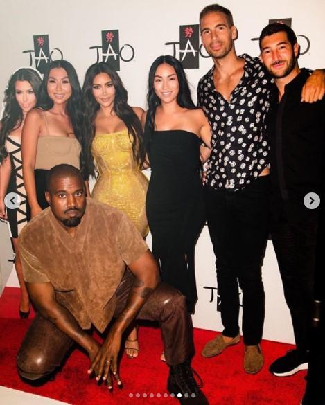 夫カニエや友人達も駆けつけてキムを祝福(画像は『Kim Kardashian West 2020年10月23日付Instagram「All I can say is WOW!」』のスクリーンショット)