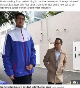 服も特注サイズの小宇君(画像は『The Sun 2020年10月20日付「NEW HEIGHTS This is the 14-year-old Chinese boy who measures well over 7 feet tall and is set to become the tallest male teenager」(Credit: Newsflash)』のスクリーンショット)