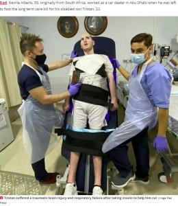 病院でのトリスタンさん(画像は『Daily Star 2020年10月23日付「Brit bodybuilder unable to see, talk and walk after supplements put him in coma」(Image: Real Press)』のスクリーンショット)