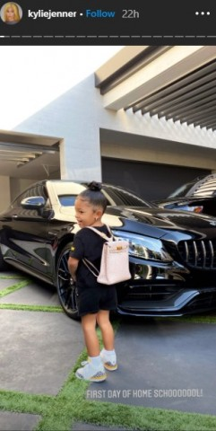 【イタすぎるセレブ達】カイリー・ジェンナー2歳娘、エルメスのバッグでホームスクールへ