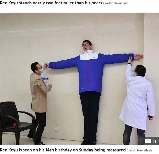ギネス世界記録のスタッフに測定される小宇君(画像は『The Sun 2020年10月20日付「NEW HEIGHTS This is the 14-year-old Chinese boy who measures well over 7 feet tall and is set to become the tallest male teenager」(Credit: Newsflash)』のスクリーンショット)