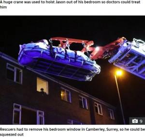窓からの大掛かりなレスキューに(画像は『The Sun 2020年10月21日付「THE WEIGHT ESCAPE Britain's 50st fattest man hoisted out of flat by crane after becoming addicted to fast food」』のスクリーンショット)