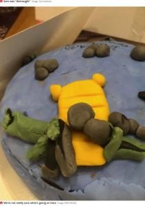 とても釣り竿には見えない仕上がり(画像は『Mirror  2020年10月17日付「Woman 'distraught' after receiving £50 birthday cake 'made by a child'」(Image: BiPM MEDIA)』のスクリーンショット)