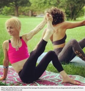ヨガをするティファニーさん(画像は『Metro 2020年10月21日付「Woman, 43, who ages eight times faster than normal is oldest ever with rare condition」(Picture: Tiffany Wedekind/metro.co.uk)』のスクリーンショット)