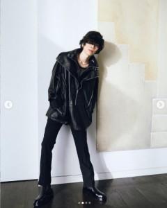 ジバンシィを着用した米津玄師(画像は『米津玄師 kenshi yonezu 2020年10月17日付Instagram「#givenchyofficial #matthewmwilliams」』のスクリーンショット)