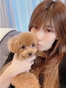 誕生日に愛犬を抱く吉田沙保里(画像は『吉田沙保里 2020年10月5日付Instagram「今日で38歳になりました」』のスクリーンショット)