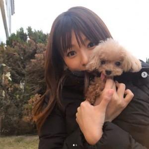 愛犬を抱く深田恭子(画像は『深田恭子 2018年12月29日付Instagram「今年も残りわずかとなりましたね」』のスクリーンショット)