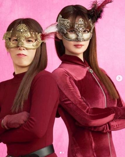 『ルパンの娘』の泥棒スタイルの吉田沙保里と深田恭子(画像は『吉田沙保里 2020年10月15日付Instagram「恭子ちゃん演じる華役で、まさか!まさか!!の出演でした」』のスクリーンショット)