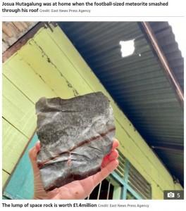 屋根を突き破って落ちてきた隕石(画像は『The Sun 2020年11月17日付「DEAD LUCKY Indonesian coffin maker becomes instant millionaire after £1.4million SPACE ROCK crashes through his roof」(Credit: East News Press Agency)』のスクリーンショット)