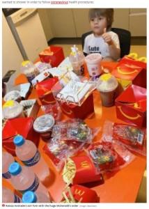 お腹が空きすぎて大量に注文してしまったトム君(画像は『Mirror 2020年11月25日付「Hungry boy, 3, orders £55 McDonald's feast through app using mum's mobile phone」(Image: Newsflash)』のスクリーンショット)